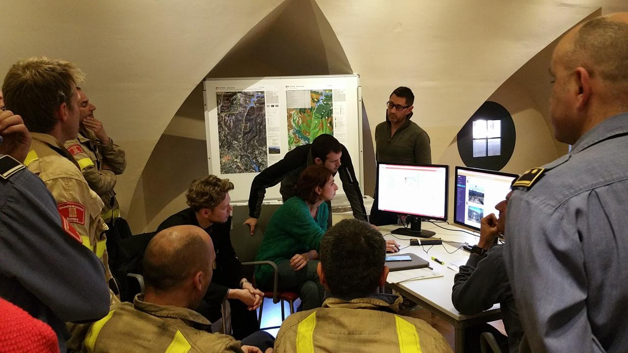 Wildfire experts evaluate the PHAROS system in the control center